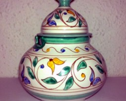 Azucarero andalusí con motivos florales color verde