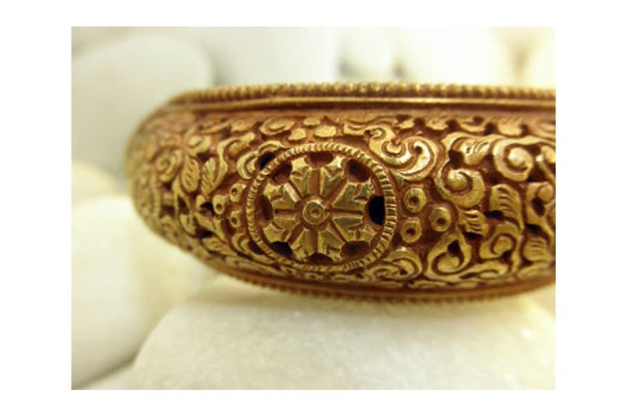 Pulsera antigua tibetana bau00f1ada en Oro con motivos tradicionales ...
