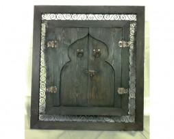 Ventana artesanal marroquí de madera y hierro forjado