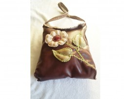 bolso marrón con flor con relieve