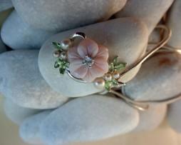 Colgante de plata, madreperla, peridoto facetado y perlas1.