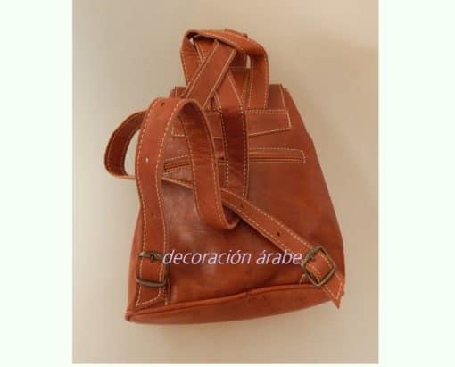 mochila cuero marrón detrás