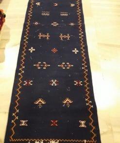 alfombra marroquí color negro pasillo